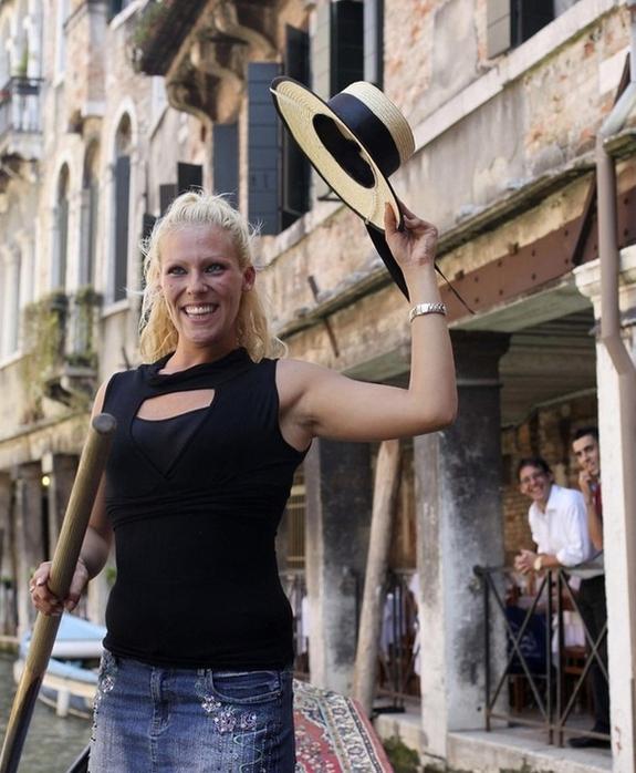 В Венеции появилась первая женщина-гондольер 15628