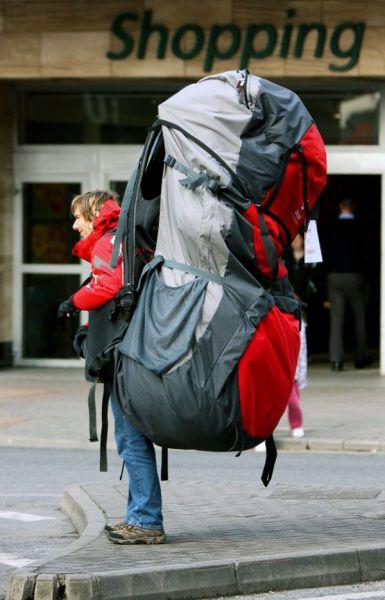 гигантский половичок - человек с рюкзаком...