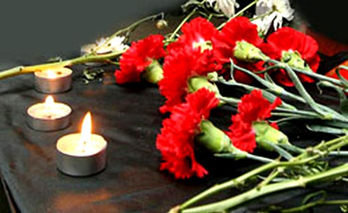 Кыргызстанцы несут цветы к посольству РФ в память о погибших при крушении Ту-154