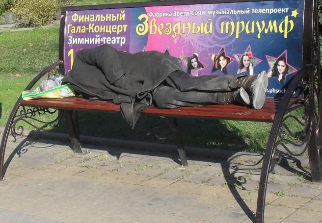 (656x455, 696Kb)Сейчас на наших скамейках бомжикам спать удобно