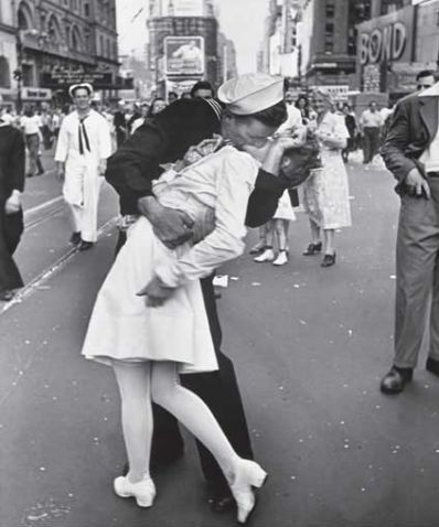 моряк целует медсестру