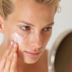 Существуют определенные правила нанесения крема на лицо и шею.  Это необходимо для лучшего всасывания активных...