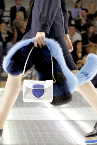 Белая маленькая сумка Prada.