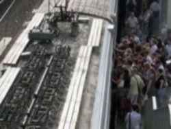Машинист одного из поездов метро Каира по неосторожности открыл двери для входа и выхода пассажиров в движущемся...