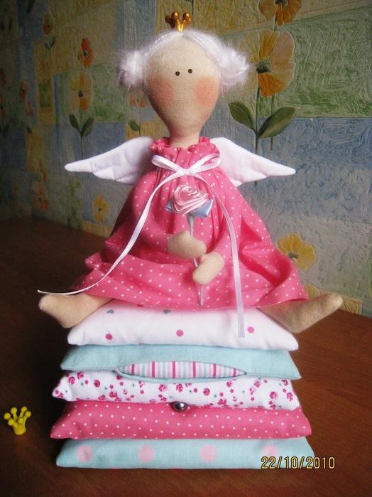 Вяз спицами жилетов.  Елочные игрушки из бисера.  Сен 13, 2012.  Декор бутылок атласными лентами.