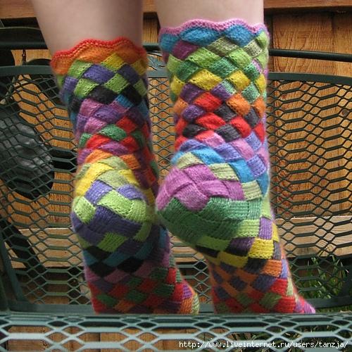 Носки можно вязать не только спицами.  Для рукодельниц любящих вязать крючком - схема вязания носков крючком.