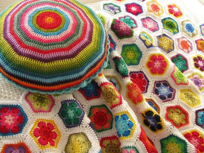 Вязаные крючком шапочки и тапочки, самые разные цветы и цветочки, сумочки, игрушечки и украшения на елку...