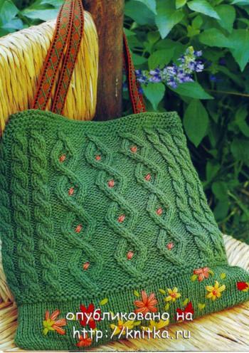 Вязаная сумка. модель связана спицами из зеленой пряжи.