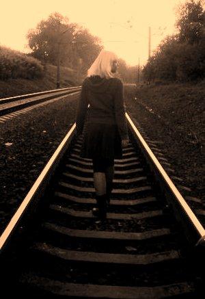 Волна волос прошла сквозь мои пальцы,и где она -волна твоих волос ?я в тень твою,как будто зверь, попалсяи на колени перед ней валюсьно тень есть теньнет
