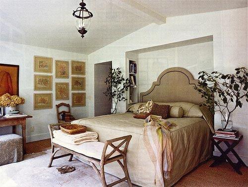 Отделку стен в стиле прованс отличает нарочито грубая фактура - здесь уместна неровная штукатурка или рельефные обои.