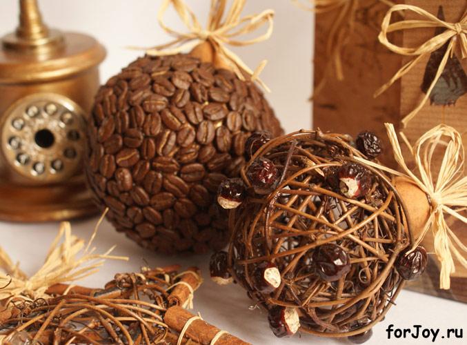 Если елка обычная, то можно сделать для нее вот такие елочные игрушки.  Кофейный аромат замечательно дополнит запах...