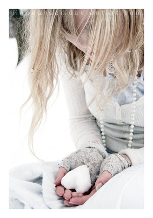 девушка, блондинка, зима, снег, снежка - картинка 15258 на Favim.ru.