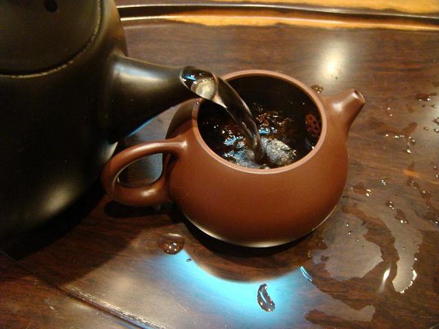Почему горячий чай остынет намного быстрее если его перелить в блюдце