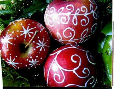 Сделать такое украшение совсем не сложно, а очень даже интересно!  Морозильные яблочки для новогодней елки.