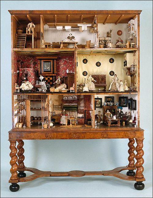 Даже большой кукольный дом можно оформить как предмет меблировки, прекрасно вписывающийся в общий интерьер помещения.