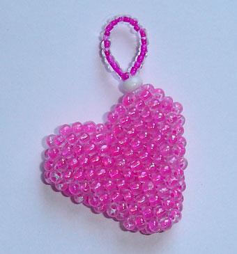 Сердечко плетется мозаичным плетением по кругу из бисера диаметром 3 мм.  Размер, конечно, выбран произвольно...