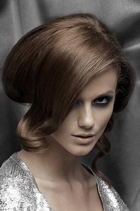 Высоко уложенные большим, идеальной формы, валиком волосы, в сочетании.