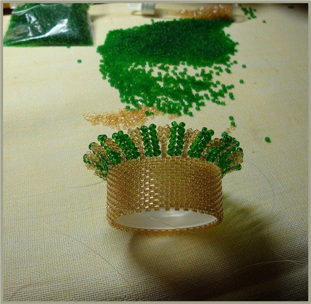 """Крышки должны быть вогнутыми.  Резьбовую часть тюбика...  Горлышко вазы: бисером  """"Delika """" мозаикой обшиваем колпачок..."""