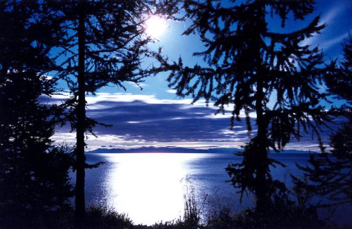 Среди озер земного шара озеро Байкал занимает первое место по глубине (1637 м). На Земле только 6 озер имеют глубину...
