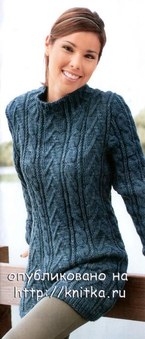 Длинный свитер вязаный спицами.
