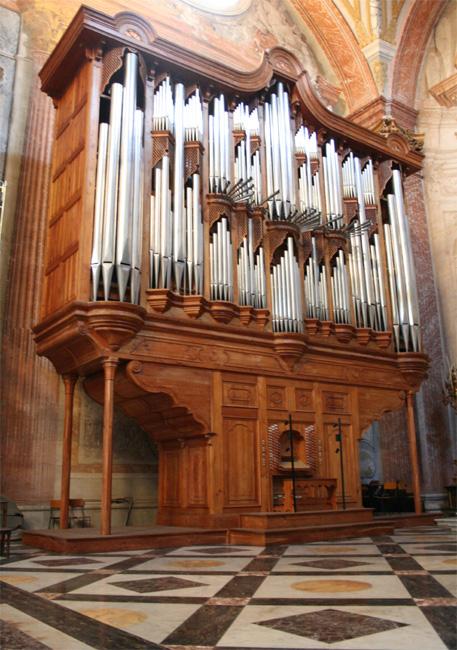 """На Западе орган постепенно стал  """"королем инструментов  """", но до этого должно было."""