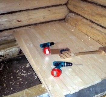 Поэтому деревянный пол в парной сделали из широких (0,5 м) досок из.