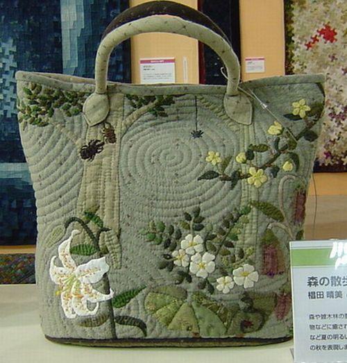 Необычный дизайн сумки и мастерство исполнения привлекают внимание.