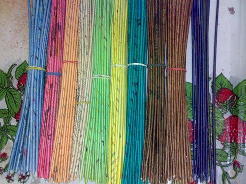 Покраска трубочек для плетения из газет