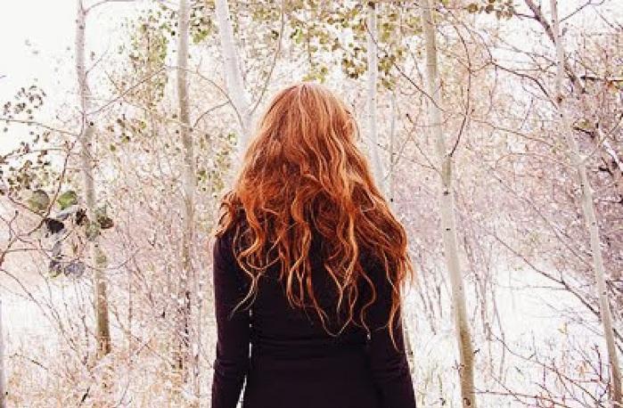 рыжая девушка в дождь фото сзади