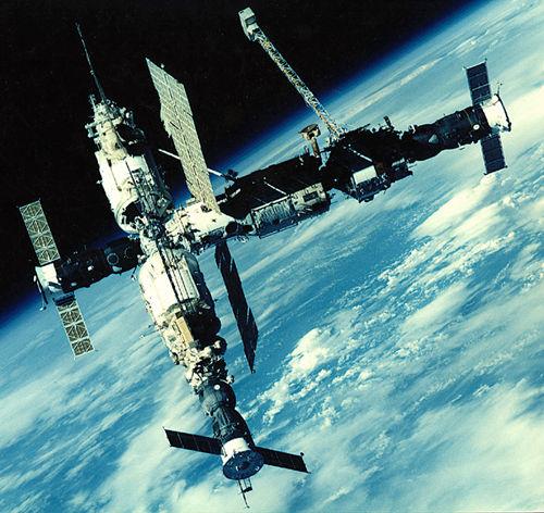 """В конце марта 2001 года станция  """"Мир """" была сведена с орбиты и затоплена в Тихом океане.  20 февраля 1986 года."""