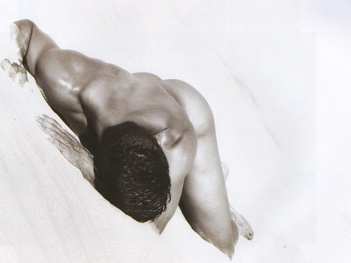 Фото голих мужиков в бассейне 26 фотография