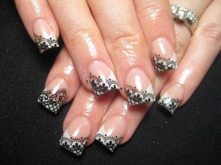 Кружевной рисунок на ногтях - модный.