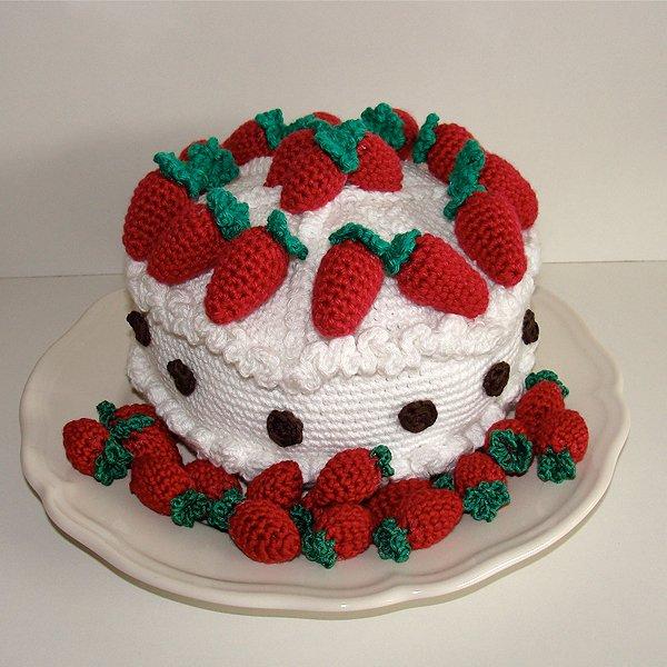 """Вот такой замечательный земляничный тортик можно  """"испечь """" крючком."""