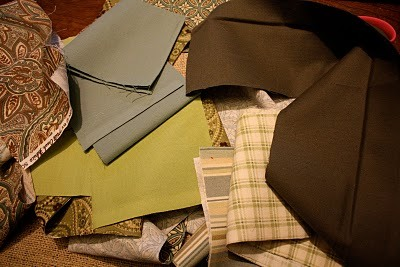 Для листьев лучше всего взять несколько видов однотонной ткани и несколько видов ткани с рисунком.