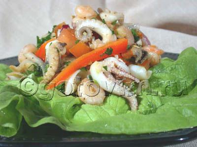 Морской коктейль (морепродукты) - 400 г. Овощи промойте.