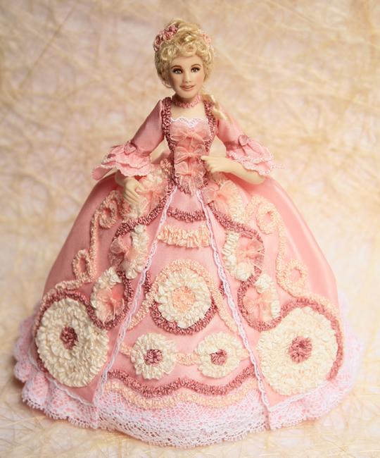 Она сама делает фарфоровые куклы и создает одежду для них.Эта серия