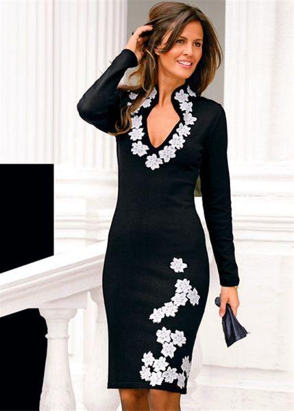 Стирать платье лучше вручную, при этом, не тереть его, а мягко сжимать.