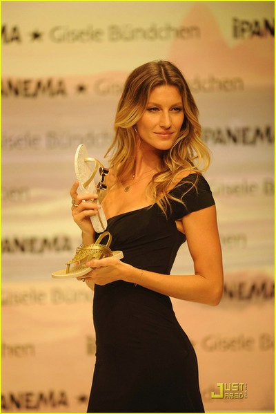 gisele-bundchen-2011-ipanema-sandals-01 (400x600, 45Kb)