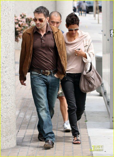 halle-berry-sunset-plaza-stroll-with-oliver-martinez-12 (436x600, 76Kb)