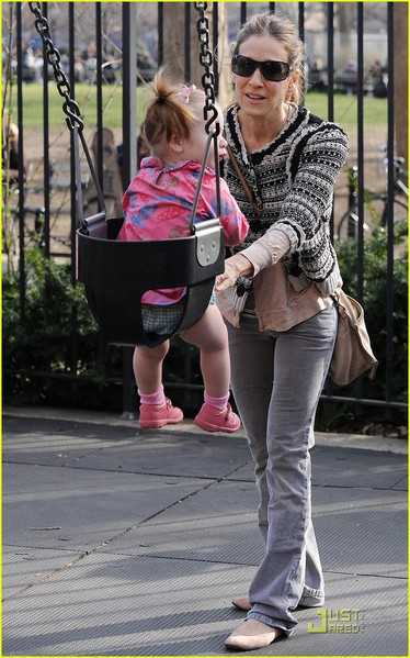 sarah-jessica-parker-playground-with-marion-and-tabitha-18 (374x600, 84Kb)