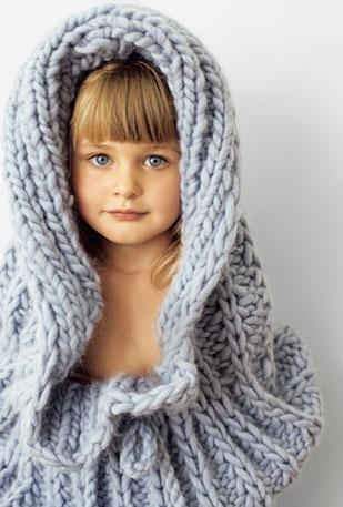 Вязаный капюшон (модель из ноябрьского номера Burda) для вашего малыша под силу даже начинающим осваивать спицы.