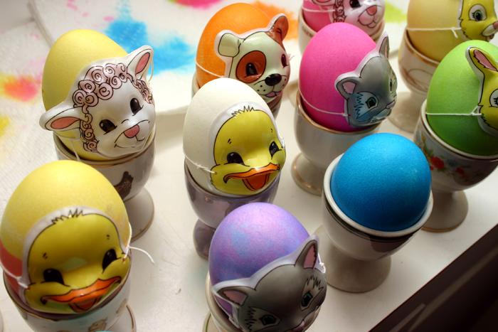 9. Надеть на яйца миниатюрные маски.  А может, в ваших магазинах есть и другие необычные аттрибуты для яиц?