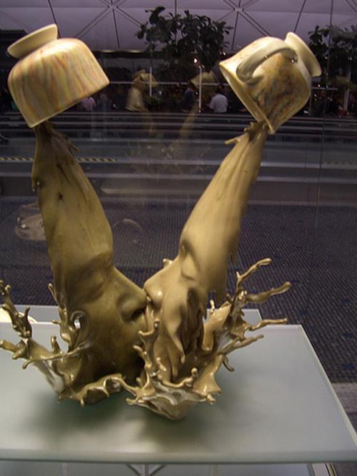 На самом деле в скульптуре участвует кофейная и чайная кружка как символы.