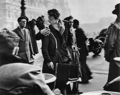 robert-doisneau-kiss-by-the-hotel-de-ville-1950 (400x317, 28Kb)