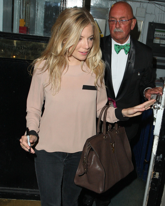 85635_Tikipeter_Sienna_Miller_leaving_the_Royal_Haymarket_Theatre_001_123_627lo (559x700, 120Kb)