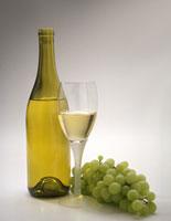 В народной медицине для лечения сухого кашля используется такой рецепт: берут 250 мл белого виноградного вина...
