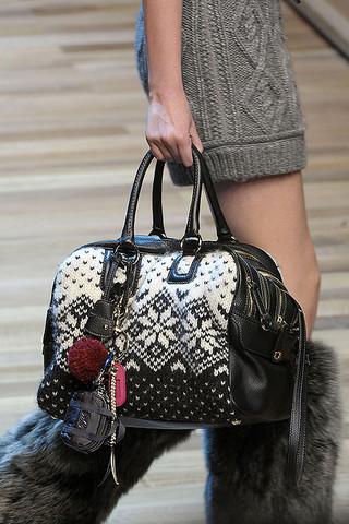 На фото: модные вязаные сумки Missoni, Dolce & Gabbana, супер модная.