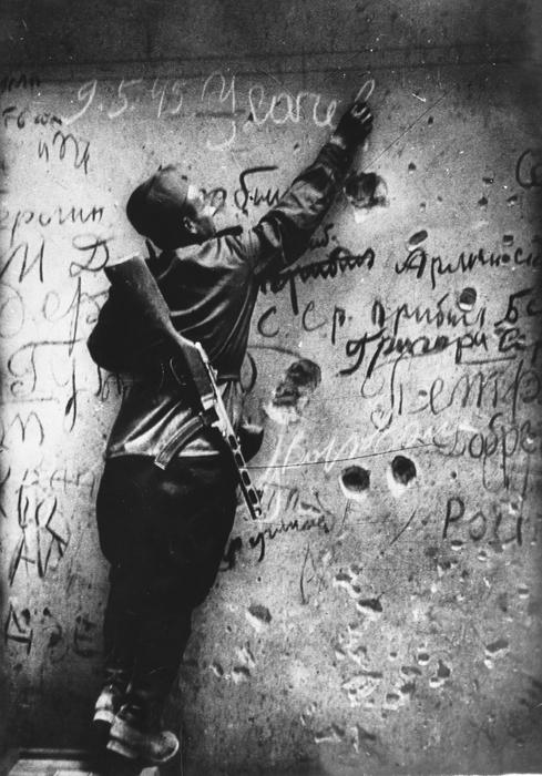 2158834_sovetskii_soldat_v_berline (489x700,  237Kb)