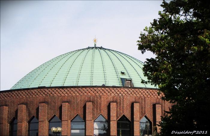 Купол концертного зала Tonhalle (Зал звука) в Дюссельдорфе.