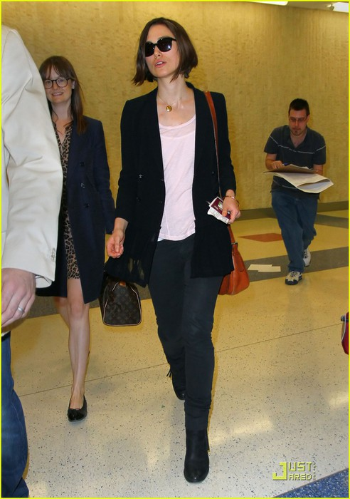 keira-knightely-arrives-in-nyc-01 (492x700, 85Kb)